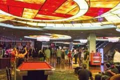 Turistas que bailan y que tienen un buen rato en Las Vegas Fotos de archivo libres de regalías