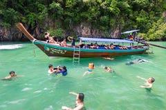 Turistas que bucean en Hong Lagoon en la provincia de Krabi, Tailandia Foto de archivo libre de regalías