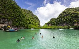 Turistas que bucean en Hong Lagoon en la provincia de Krabi, Tailandia Imágenes de archivo libres de regalías