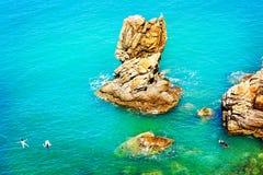 Turistas que bucean y que nadan en Cefalu Italia Imagenes de archivo