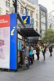 Turistas que buscan la información en la cabina del visitante de Melbourne Imágenes de archivo libres de regalías