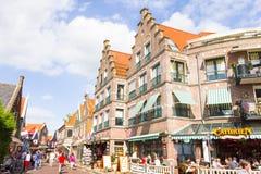 Turistas que caminan abajo de las calles de Volendam, los Países Bajos Imagen de archivo libre de regalías