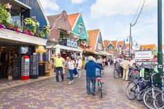 Turistas que caminan abajo de las calles, el 20 de septiembre de 2011 en Volendam, Países Bajos Imagen de archivo
