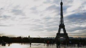 Turistas que caminan cerca de torre Eiffel en día cubierto metrajes