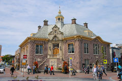Turistas que caminan cerca del ayuntamiento de Zandvoort, los Países Bajos imagen de archivo libre de regalías