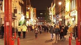 Turistas que caminan con Londons Chinatown almacen de video