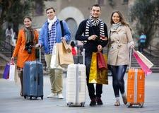 Turistas que caminan con los panieres Foto de archivo libre de regalías