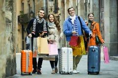 Turistas que caminan con los panieres Fotos de archivo libres de regalías