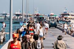 Turistas que caminan en Bali Hai Pier cerca de la playa de Pattaya, la ruta Fotos de archivo libres de regalías