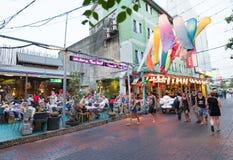 Turistas que caminan en el centro de la ciudad de Bangkok Imágenes de archivo libres de regalías