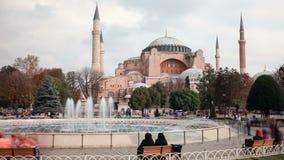 Turistas que caminan en el cuadrado Hagia Sophia de Sultanahmet metrajes