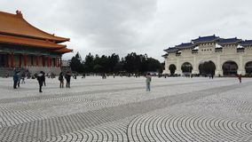 Turistas que caminan en el pasillo conmemorativo de Chiang Kai Shek en Taiwán