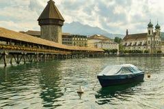 Turistas que caminan en el puente famoso de la capilla sobre el río de Reuss adentro imagen de archivo libre de regalías