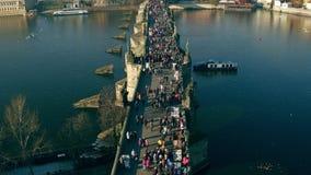 Turistas que caminan en el puente y el castillo de Praga distante en un día soleado, República Checa de Charles vídeo de la incli metrajes