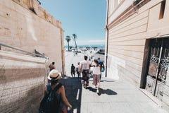 Turistas que caminan en la capital de Cerdeña Fotografía de archivo libre de regalías