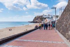 Turistas que caminan en la 'promenade' en Morro Jable, Fuerteventura Imagenes de archivo