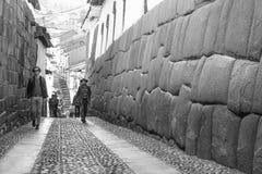 Turistas que caminan en las calles de Cusco Imagen de archivo libre de regalías