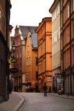 Turistas que caminan en las calles viejas del adoquín en el mercado en Gamla Stan, la ciudad vieja de Estocolmo en Suecia Fotos de archivo libres de regalías