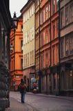 Turistas que caminan en las calles viejas del adoquín en el mercado en Gamla Stan, la ciudad vieja de Estocolmo en Suecia Imagenes de archivo