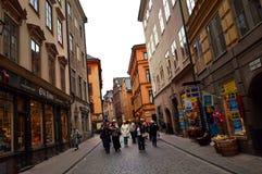 Turistas que caminan en las calles viejas del adoquín en el mercado en Gamla Stan, la ciudad vieja de Estocolmo en Suecia Imagen de archivo
