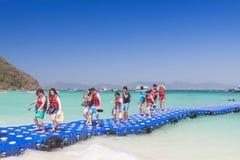 Turistas que caminan en pontón azul a la playa en Coral Island P fotos de archivo libres de regalías