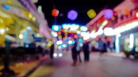 Turistas que caminan hacia adelante y atrás en la noche almacen de video