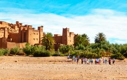 Turistas que caminan hacia Ait Benhaddou, Marruecos foto de archivo