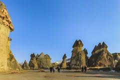 Turistas que caminan a lo largo de las chimeneas de hadas fotografía de archivo libre de regalías