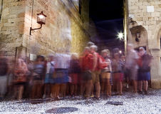 Turistas que caminan a lo largo de las tiendas de la calle famosa de Sócrates en la ciudad medieval vieja de Rodas, una del mejor Imagenes de archivo