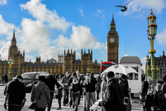 Turistas que caminan a lo largo del puente de Westminster Imágenes de archivo libres de regalías