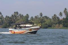 Turistas que caminan por el barco rio abajo de Bentota Fotos de archivo
