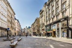 Turistas que caminan a través de la calle de Graben imágenes de archivo libres de regalías