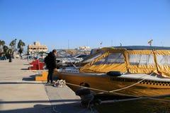 Turistas que caminan y que hacen turismo en el puerto de Santa Pola, Alicante foto de archivo libre de regalías