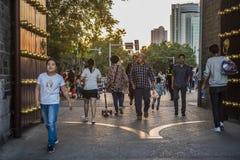 Turistas que caminaron a través de la puerta Xuanwumen de la ciudad antigua en la puesta del sol imagenes de archivo