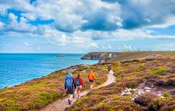 Turistas que caminham em costas de Bretagne, França foto de stock royalty free