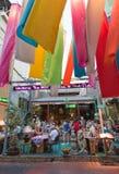 Turistas que cenan en el centro de la ciudad de Bangkok Foto de archivo libre de regalías