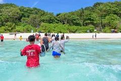 Turistas que chegam pelo barco na ilha de Similan, Tailândia Foto de Stock