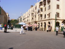 Turistas que comen té en el árabe de la cafetería del EL Feshawi en el khalili Egipto del EL de khan Fotos de archivo libres de regalías