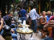 Turistas que comen té en el árabe de la cafetería del EL Feshawi en el khalili Egipto del EL de khan imágenes de archivo libres de regalías