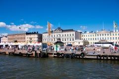 Turistas que compram em Helsínquia Imagens de Stock Royalty Free