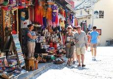 Turistas que compram em Mostar Fotografia de Stock