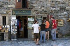 Turistas que compram lembranças em O Cebreiro, Galiza Imagens de Stock