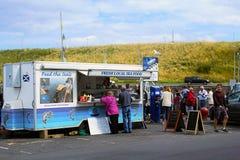 Turistas que compram selos alimento em Eyemouth em Escócia 07 08 2015 Foto de Stock Royalty Free
