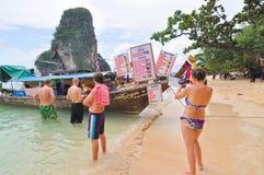 Turistas que compran almuerzo en la isla del pi pi Fotos de archivo