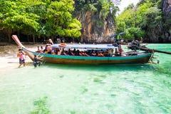 Turistas que consiguen en el barco del longtail en la isla de Laolading Imagen de archivo