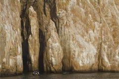 Turistas que cruzam em torno do penhasco gigante, Galápagos Imagem de Stock