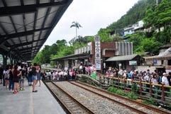 Turistas que cruzam-se na trilha de estrada de ferro ao lado da rua velha de Shifen da estação de Shifen, Taiwan fotografia de stock