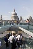 Turistas que cruzan el puente del milenio Fotografía de archivo libre de regalías