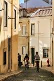 Turistas que dão um ciclo através das ruas de Lisboa imagem de stock