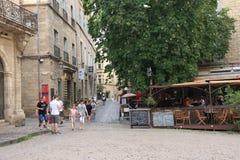 Turistas que dan un paseo en el cuadrado central de la ciudad francesa de Pezenas, Francia Foto de archivo libre de regalías